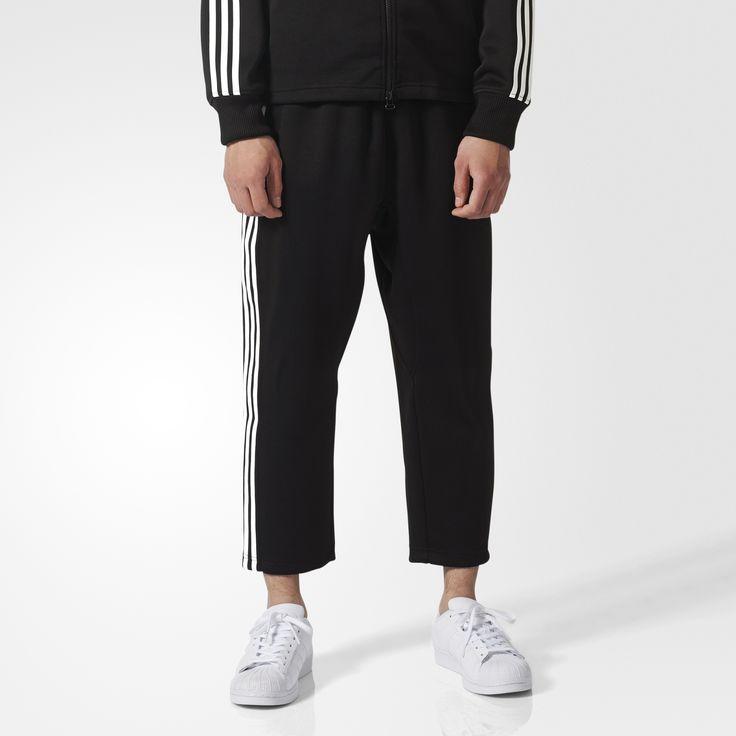 Unowocześnione spodnie dresowe dla mężczyzn stanowią ukłon w stronę dziedzictwa adidas Originals, jednocześnie koncentrując się na stylu przyszłości. Lekko skrócony fason jest doskonałym wyborem, gdy chcesz pochwalić się butami. Wysokiej jakości materiały i nowoczesny krój sprawiają, że jest to solidny dodatek do Twojej garderoby. 3 paski podkreślają całość.