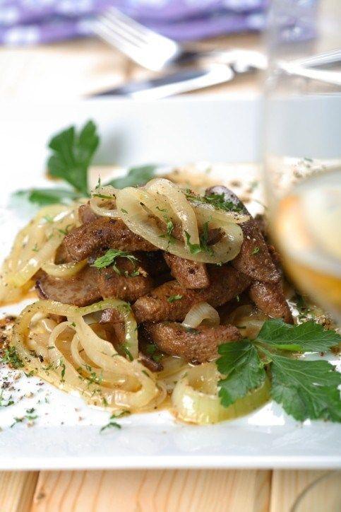 Печеное говяжье филе с карамелизованным луком и кремом из хрена