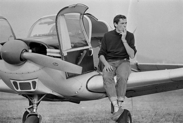 Jacques Brel y su avioneta Jojo, 1966.  Fotografía de Jack Garofalo