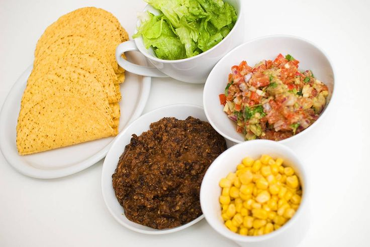 """Onsdag er lillelørdag og da passer det med taco på middagsbordet. Sprøstekte chilibønner KJEMPEGODT i taco. Bønnestuing Hjemmelaget """"refried beans"""". Hjemmelaget tomatsalsa Salsaen blir best om du lager den selv, her med masse god lime- og koriandersmak.Guacamole Guacamole blir best om du lager den selv! Husk å bruke helt modne avokadoer for den beste smaken. …"""