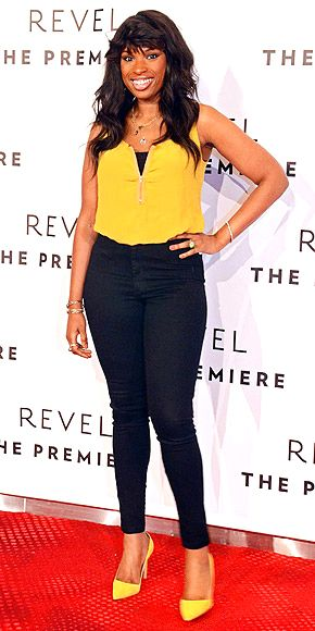 Jennifer Hudson's super cute and casual yellow blouse + heels and skinny jeans