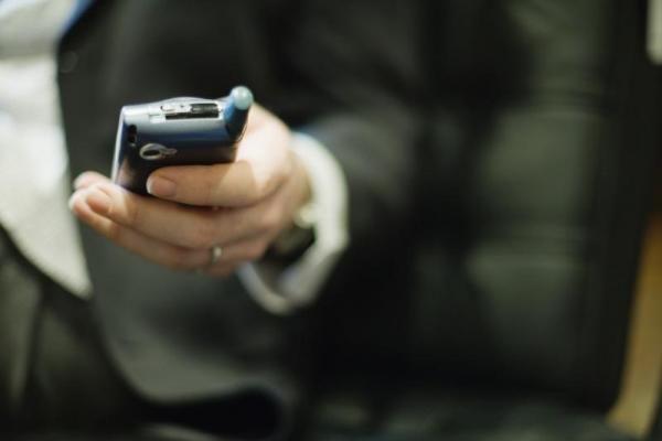 Client d'un opérateur depuis longtemps, sans litige particulier, vous souhaitez changer de téléphone mais le prix du dernier smartphone à la mode vous en empêche ? Suivez nos conseils afin de le négocier au meilleur prix.  Découvrez l'astuce ici : http://www.comment-economiser.fr/renouveler-son-portable-negocier-meilleur-prix.html?utm_content=buffer94ec3&utm_medium=social&utm_source=pinterest.com&utm_campaign=buffer