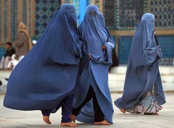 AFGÁN BURKA (Ez egy olyan ruhadarab, amin van egy rácsos háló, amin a nő kiláthat, de befelé nem látják őt. Egyes társadalmakban ugyanis udvariatlanságnak számít egy idegen nő szemébe nézni, a muszlim férfiaknak vallási kötelessége is, hogy lesüssék tekintetüket ilyen esetben. Főleg Afganisztánban és Pakisztában hordják. )