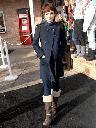 女優のキャリー・マリガンは切り替えムートンブーツを主役に落ち着いたトーンのコーデ♪ 防寒ブーツ レディースコーデ