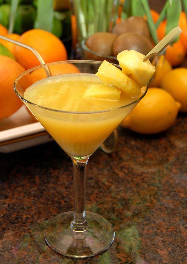 Os drinks, na maioria das vezes, são compostos por apenas dois ingredientes. Já os coquetéis tem uma elaboração mais complexa, podem levar diversos componentes como licores, sucos, frutas. Os coquetéis, no geral, usam frutas misturadas com vodka, cachaça, pisco ou tequila.