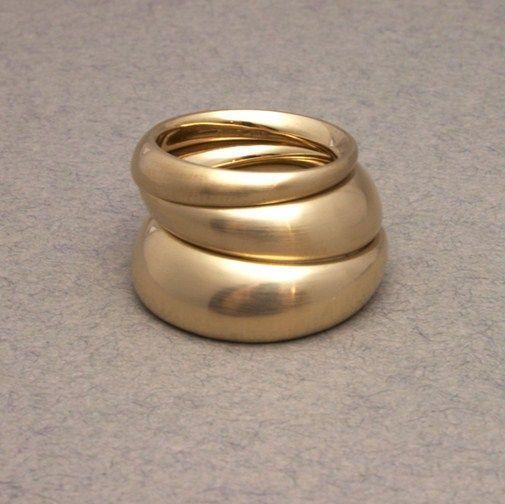 Vigsel, förlovningsring ergonomisk av KLARA ERIKSSON - 18k guld