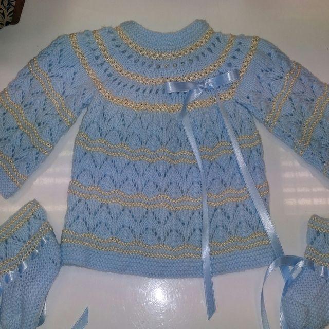 Conjunto bebe. Chaqueta y zapatitos hecho a mano en lana azul y perle camel. Se puede realizar con cualquier combinacion de colores.