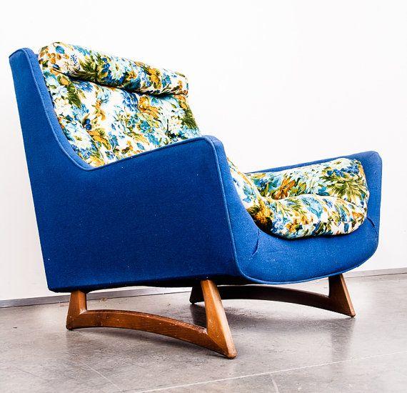 Wow, che bellezza. Scopri questa slitta stile legno e tessuto Lounge sedia attr. per Adrian Pearsall. effettuata a Circa la fine degli anni 60. Questo pezzo viene fornito in un tessuto di due colori. Il retro e i bordi sono tutti in un tweed blu brillante spesso mentre il cuscino trapuntato centro è in un floreale bianco giallo verde e blu. Questo crea un bel contrasto allinterno del pezzo. Questo è stato uno stile ben noto del periodo di tempo che Adrian Pearsall ha reso popolare. Non siamo…