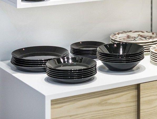Iittala Teema flotte sorte tallerkener. Se dem her: http://bestiksaet.dk/iittala-teema-komplet-tallerkensaet-sort-6-personer.html