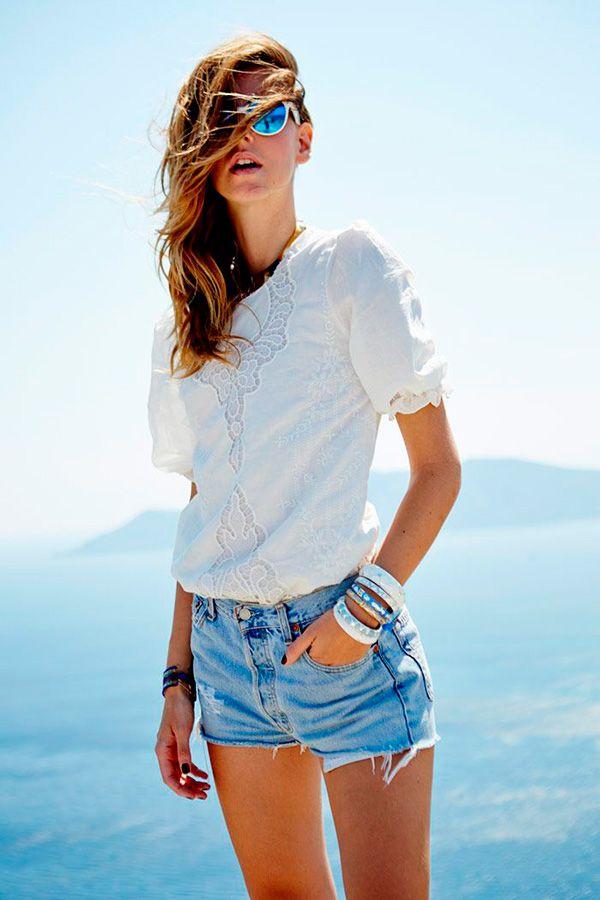 Chiara Ferragni 1. Shorts jeans bem curtinhos e desfiados: a hora e a vez de deixar as pernocas de fora. Reparou como estão cada vez mais curtos? Um jeito muito cool de usar é fazer um equilíbrio de proporções, com camiseta podrinha + saltos poderosos - os de corda estão em alta, viu?