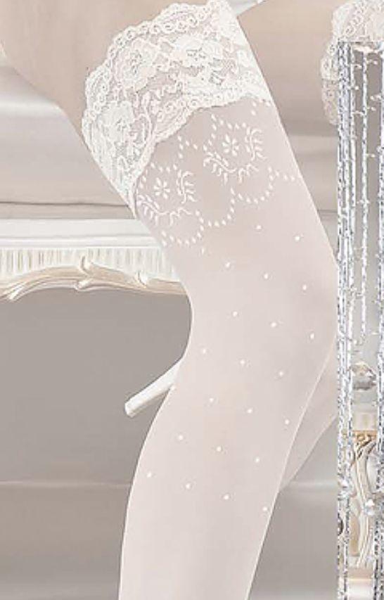 Utrolig nydelige Stay-up til Bruden i vakker Design. Vakker blonde øverst, priker og broderinger nederst på vristen. Silikon under blonden øvest. Hold-ups hvor du ikke trenger strømpeholder. Stay-up...