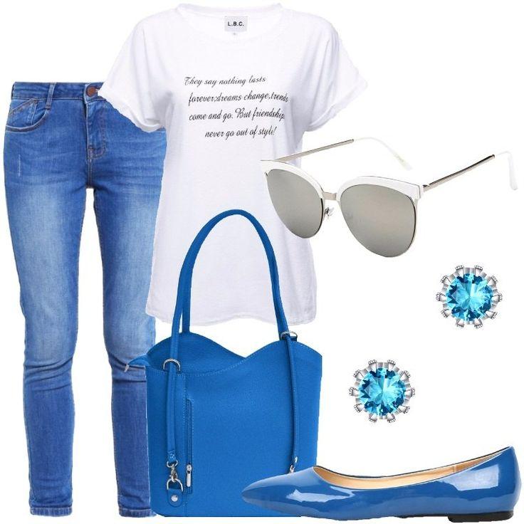 I jeans sono blu, a vestibilità aderente e con le classiche cinque tasche. La t-shirt è bianca con una scritta nera, in inglese. La borsa in similpelle blu è a secchiello ma incrociando i manici si trasforma in zainetto. Le ballerine in similpelle laccata sono anch'esse blu. Gli occhiali da sole hanno, invece, la montatura bianca e gli orecchini a lobo, infine, hanno il cristallo al centro azzurro.