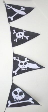 Idées Anniversaire Pirate, une guirlande pirate. Vous trouverez le PDF à télécharger avec 17 banderoles sur le blog