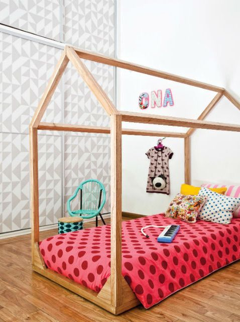 Cuartos de chicos a puro color: original cama de madera sin patas con un acolchado de gabardina de algodón rosa con lunares colorados. Foto: Magalí Saberian