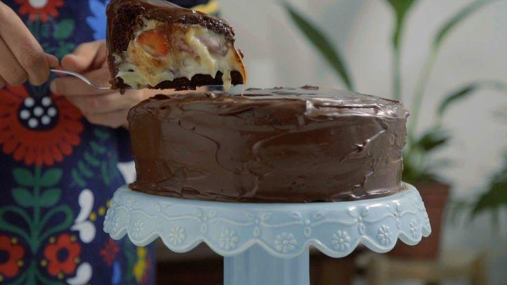 Bolo Bombom de Morango Receita com instruções em vídeo: Esse bolo é muito incrível porque parece um…
