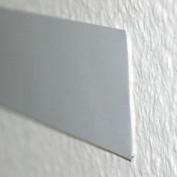 Metaalband met een zelfklevende schuimlaag aan de achterkant. Het band kan met een normale schaar op de gewenste lengte worden geknipt, aangezien het maar 0,15mm dik is. Het hecht ook aan ruwe wanden en kan probleemloos 'om de hoek' worden aangebracht.