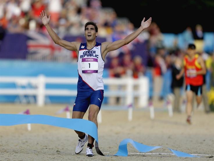 Moderní pětibojař David Svoboda právě proběhl cílem a stal se olympijským vítězem