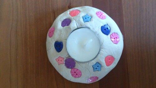 Voor moederdag. Kandelaar van zelfdrogende klei met knoopjes versierd. Gemaakt door Djay