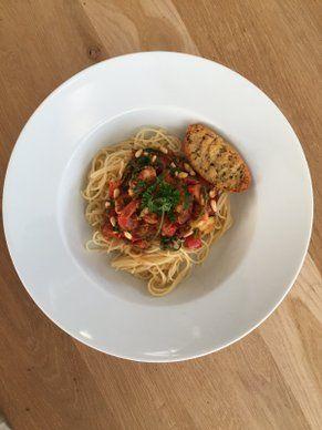 Koemelkvrije spaghetti met zelfgemaakte pesto en garnalen of kip. Lekker met knoflookbrood.