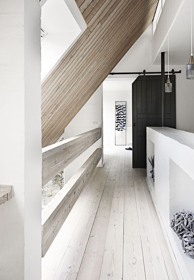 The different finishes work so well together to add interest to this linear space | modeandmaison.wordpress.com
