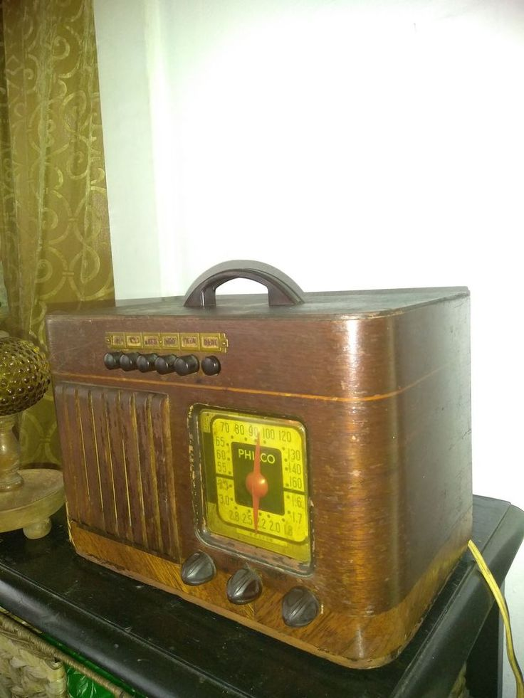 Antique Wood Philco Vintage Tube Police Radio 40-125 syntonice and sounds good.
