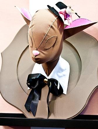 """Criada pela artista plástica Lívia Costa, esta cabeça de rena de tecido é divertida e tem até uma moldura. Detalhe: o bichinho """"veste"""" um delicado chapéu e tem gola de camisa"""