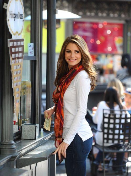 Maria Menounos, scarf