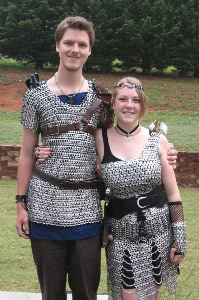 Les costumes sont fabriqués à partir de soda pop peut sommets! (Image)