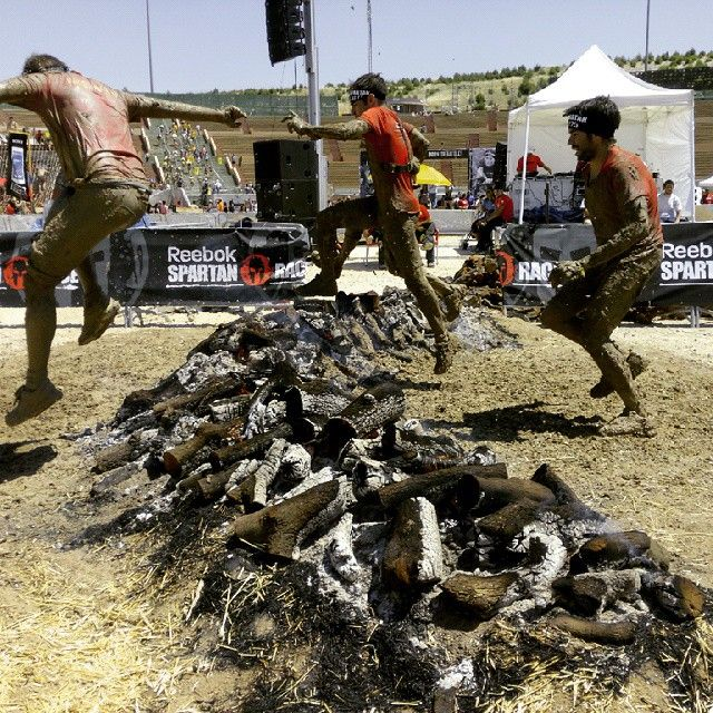 Salto de obstaculos (fuego) en la Sartan Race 2015 en Rivas Vaciamadrid. Donde tuvimos nuestro propio stand TiendaCulturista