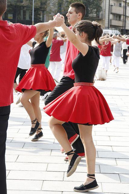 La sardana, és la dansa més bella de totes les danses que es fan i es desfan....  diu la poesia
