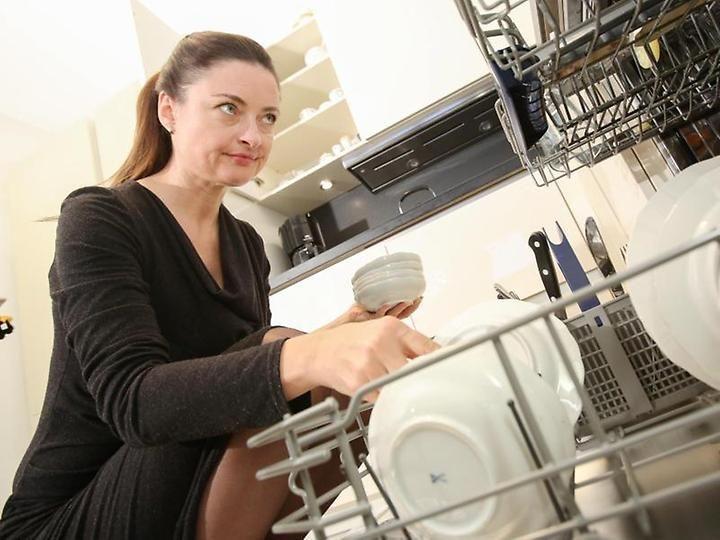 Fühlen sich Teller und Tassen nach dem Reinigen stumpf an, befinden sich Rückstände von Stärke und Eiweiß auf dem Geschirr.