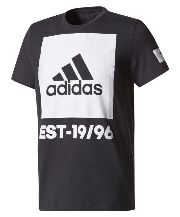 T-trøye med stort logotrykk i front fra adidas. Trøyen har smal ribb i halsringningen  Rett avslutning i nedkant. 100% bomull. #sportmann #adidas