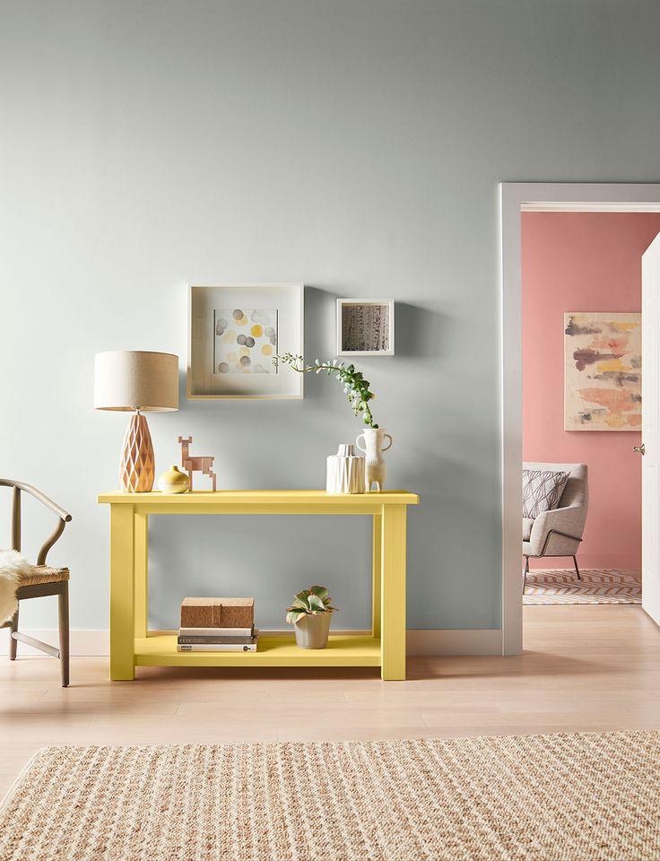 Los tonos neutrales funcionan muy bien en pasillos y vestíbulos. Puedes contrastar con adornos en colores llamativos.