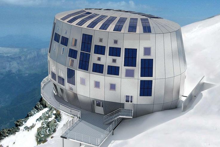 Refuge du Goûter . Il se situe dans le massif du Mont-Blanc, sur l'aiguille éponyme, à 3 835 mètres d'altitude, ce qui en fait l'un des plus hauts refuges gardés d'Europe de l'Ouest. Il est accessible en cinq heures environ à pied depuis la gare du Nid d'Aigle à Saint-Gervais-les-Bains et permet aux alpinistes d'accéder au sommet du mont Blanc par la voie normale en cinq heures supplémentaires.