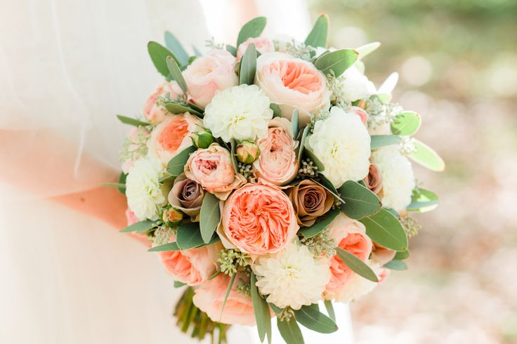 a autumn bridal bouquet by tabea maria-lisa | www.tabeamarialisa.ch in peach, apricot, white and green. photo by www.andreakuehnis.com
