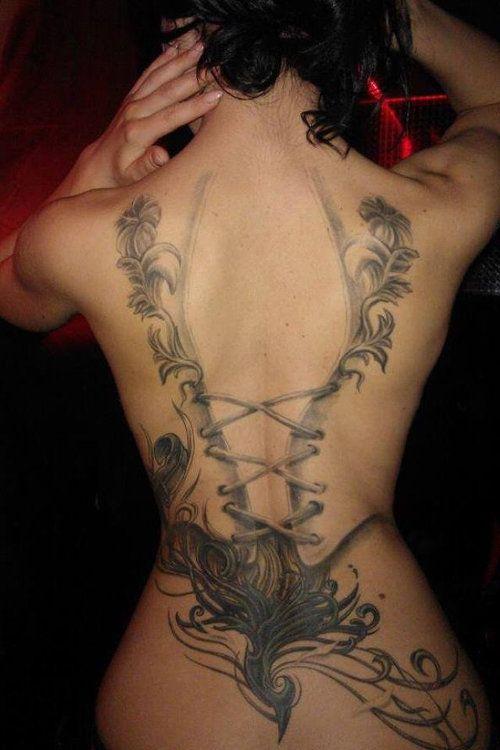 tatouage femme long du dos, à retrouver sur http://www.tatouage-femme.fr/;