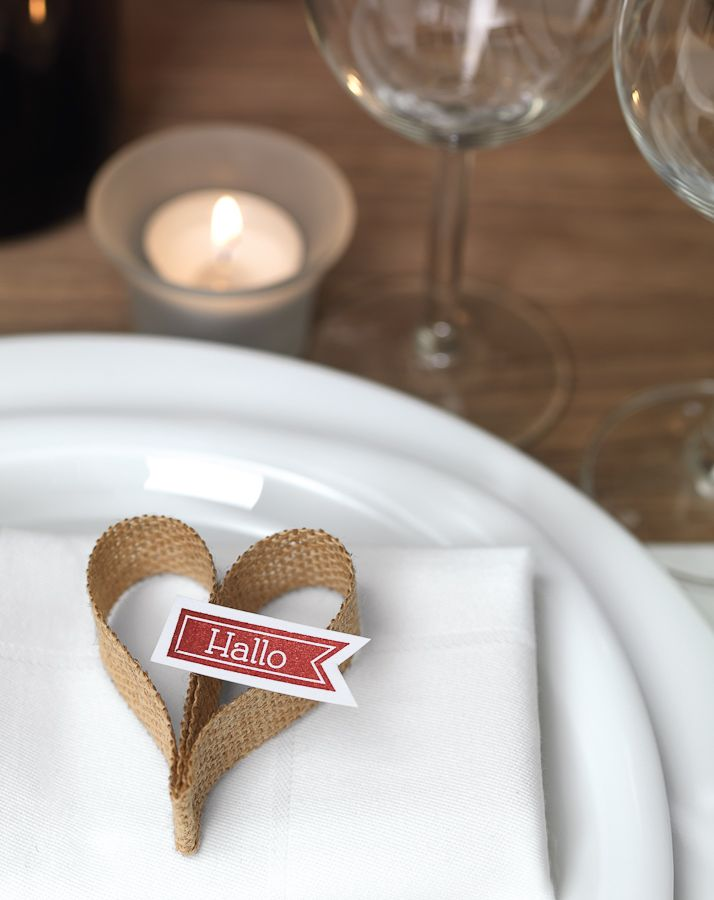 Jute-Herz - Ein schönes Gastgeschenk muss weder aufwendig noch teuer sein. Für dieses Herz benötigen Sie lediglich Jutestoff, eine Schere und einen Tacker.
