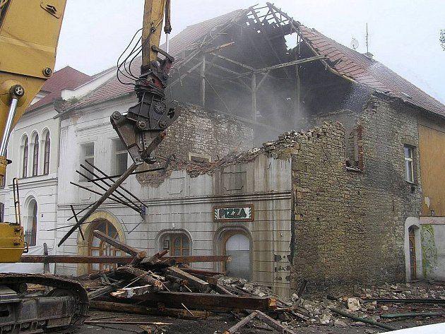 Louny-boření domu vedle synagogy