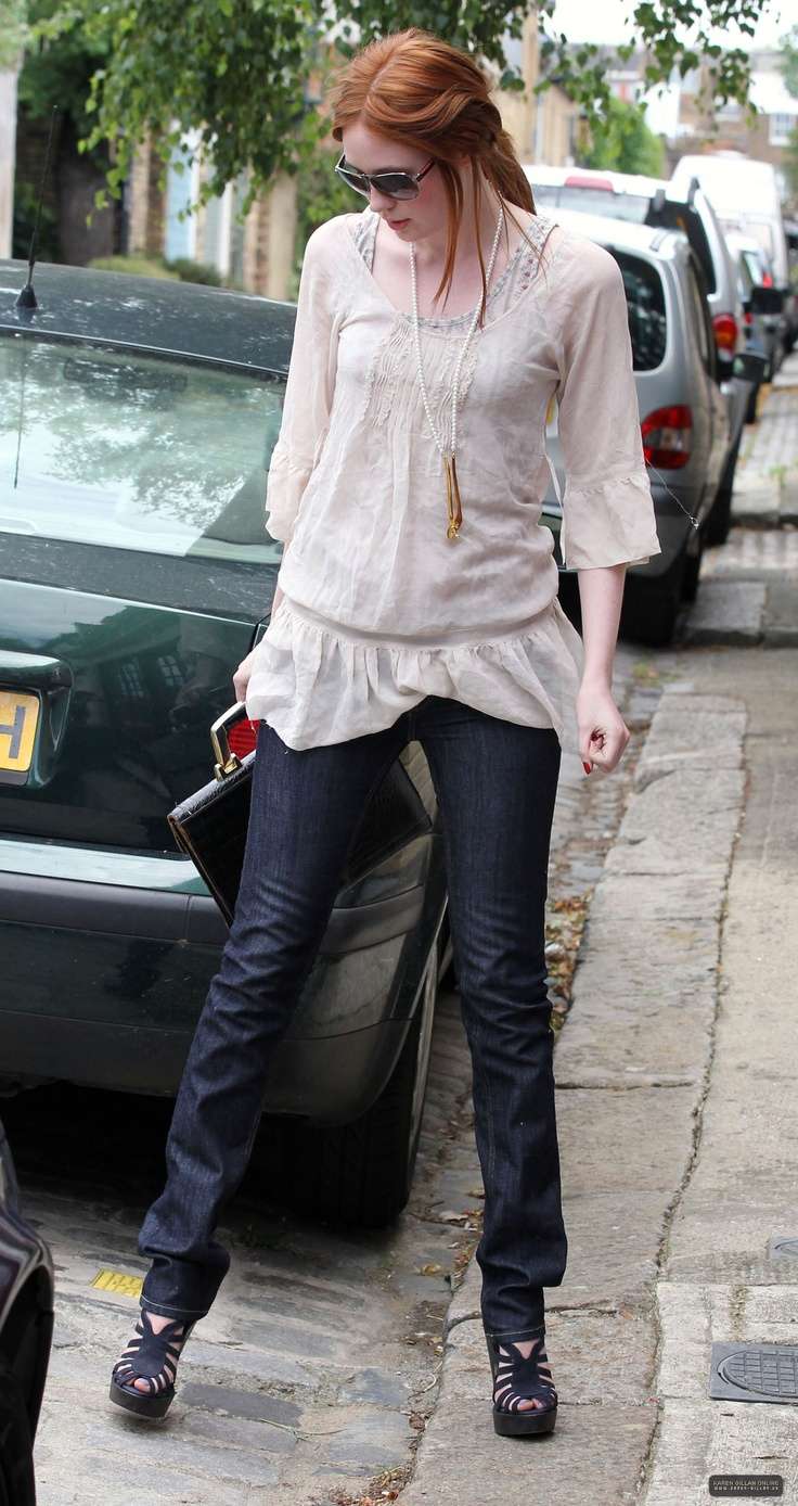 Karen Gillan - embraces her height to the fullest