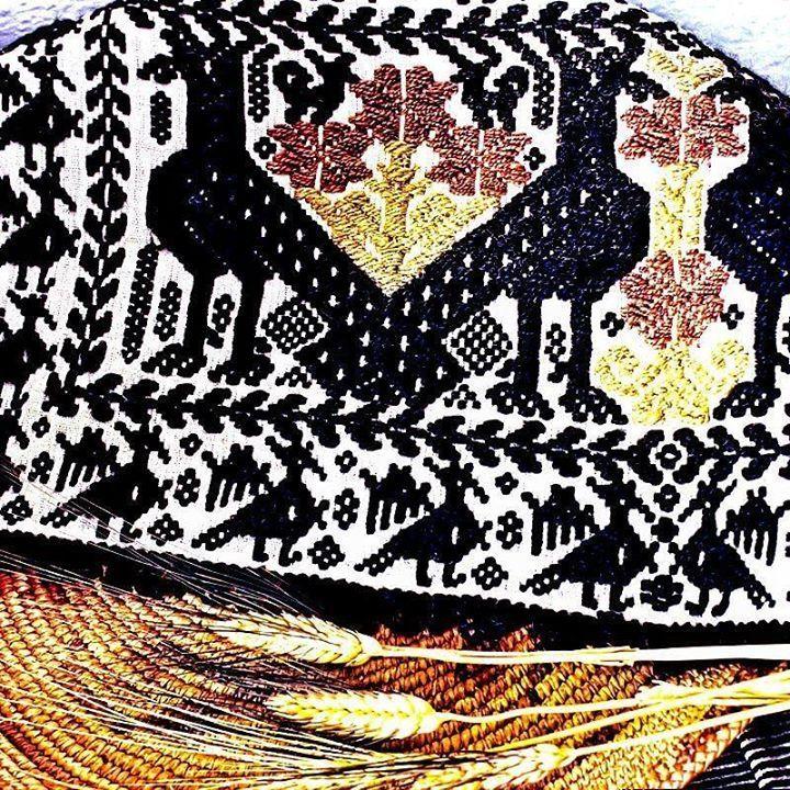 by http://ift.tt/1OJSkeg - Sardegna turismo by italylandscape.com #traveloffers #holiday | Flussio: tappeto tradizionale su cestino in asfodelo. A casa di mamma di nonna di qualche anziana zia o di un vicino di casa non è difficile ammirare qualche prezioso oggetto frutto di abilità artigianali tramandate di madre in figlia. Un tappeto su cui risaltano pavoncelle stilizzate o un intreccio risultato di un accurato lavoro di raccolta e preparazione come nel caso dei cesti in asfodelo di…