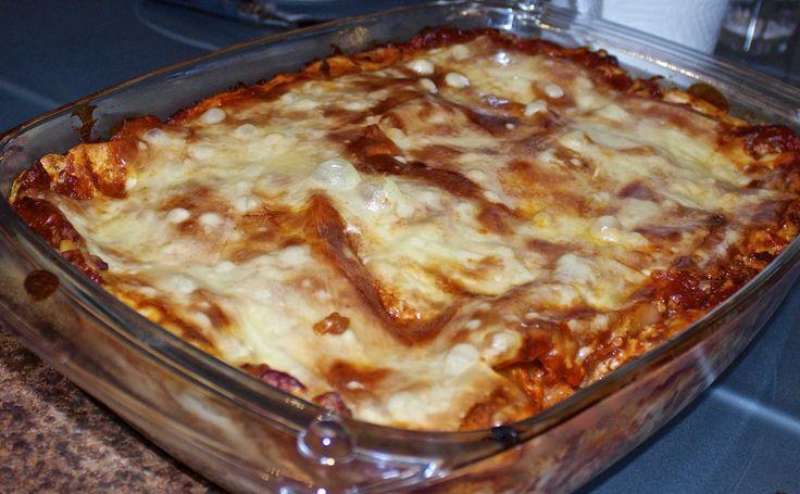 """Glutenfri og laktosefri lasagne ble godkjent av både mann og barn. I følge mannen var den """"irriterende god""""! (Muligens fordi den var bedre enn hans samarbeid med Knorr? )  Oppskrift på glutenfri og laktosefri lasagne  Lag bechamelsaus  Kjøttsaus:  450 g. kjøttdeig  100 g revet gulrot  2 ss. olje  1 boks tomatpure  1"""