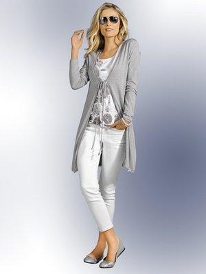 Shirt mit silbernen Folienprint, graue Shirtjacke, weiße Jeans, Sonnenbrille