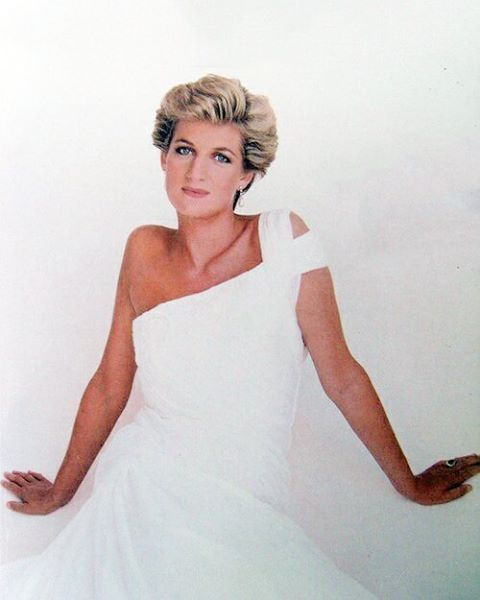 1990: A portrait of Princess Diana by Sir Terence Donovan. She is wearing a white chiffongown designed by Gina Fratini ■