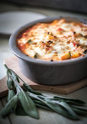 Soms heb ik ineens zin in een schotel uit de oven, met een laagje kaas eroverheen. Dit recept voor kip uit de oven is er zo eentje, het is lekker en makkelijk. De kip en groenten bak je van te voren en gaan daarna, met verse salie en een paar plakken goed