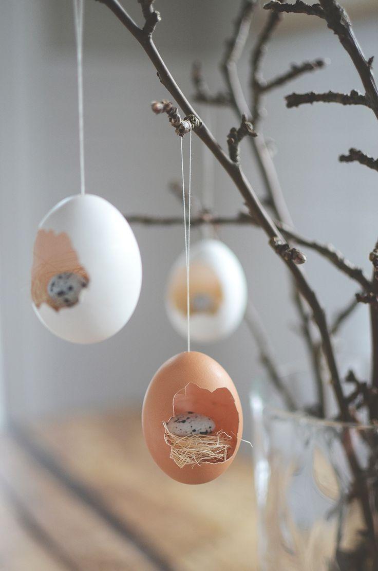Första påskpysslet för året är klart. Det hela blev en överraskning för det skapades på plats så att säga. Blåste ur ett gäng ägg i veckan med tanke på att jag skulle måla dem. Hejdade mig och tänkte...