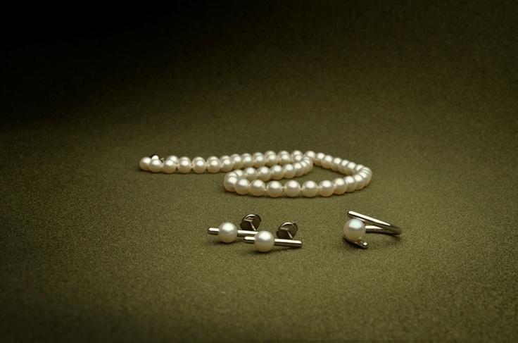 Náhrdelník, prsten a náušnice s mořskými perlami, platina.