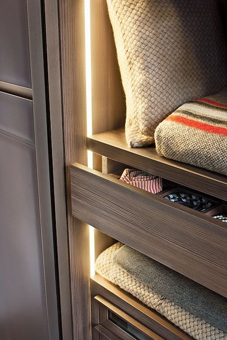 LEMA | WARM by David Lòpez Quincoces is a closet characterised by rich and important aesthetics and at the same time, by a natural look thanks to the leather finish. The stitching exalts the light padding and create asymmetric graphic patterns that confer flow to the surface. Here a detail of the luminous led side that illuminate the interior in Moka larch melamine.