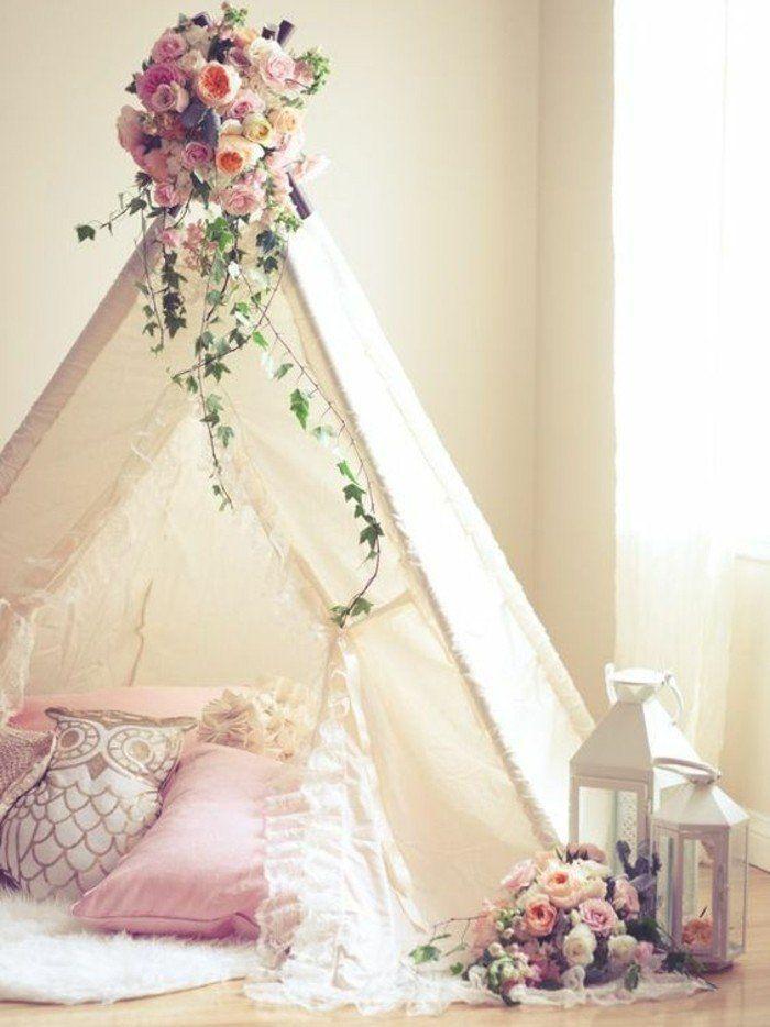 décoration naturelle de fleurs pour décorer son tipi interieur, coussins rose, tapis blanc, pièce shabby chic