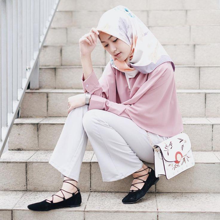 "5,483 Likes, 33 Comments - Sari Endah Pratiwi (@saritiw) on Instagram: ""Kaki belang itu wajar, maklum rider mah gini . Super cinta sama sling bag dari @littlelil.fashion…"""