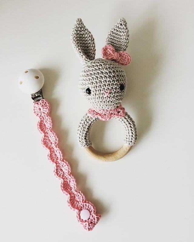 Ein Babyset für ein Mädchen. #Rassel mit Lätzchen und schlichte #schnullerkette  #handmade #häkeln #crochet #baby #geburtsgeschenk #babygirl #schwanger #babygeschenk
